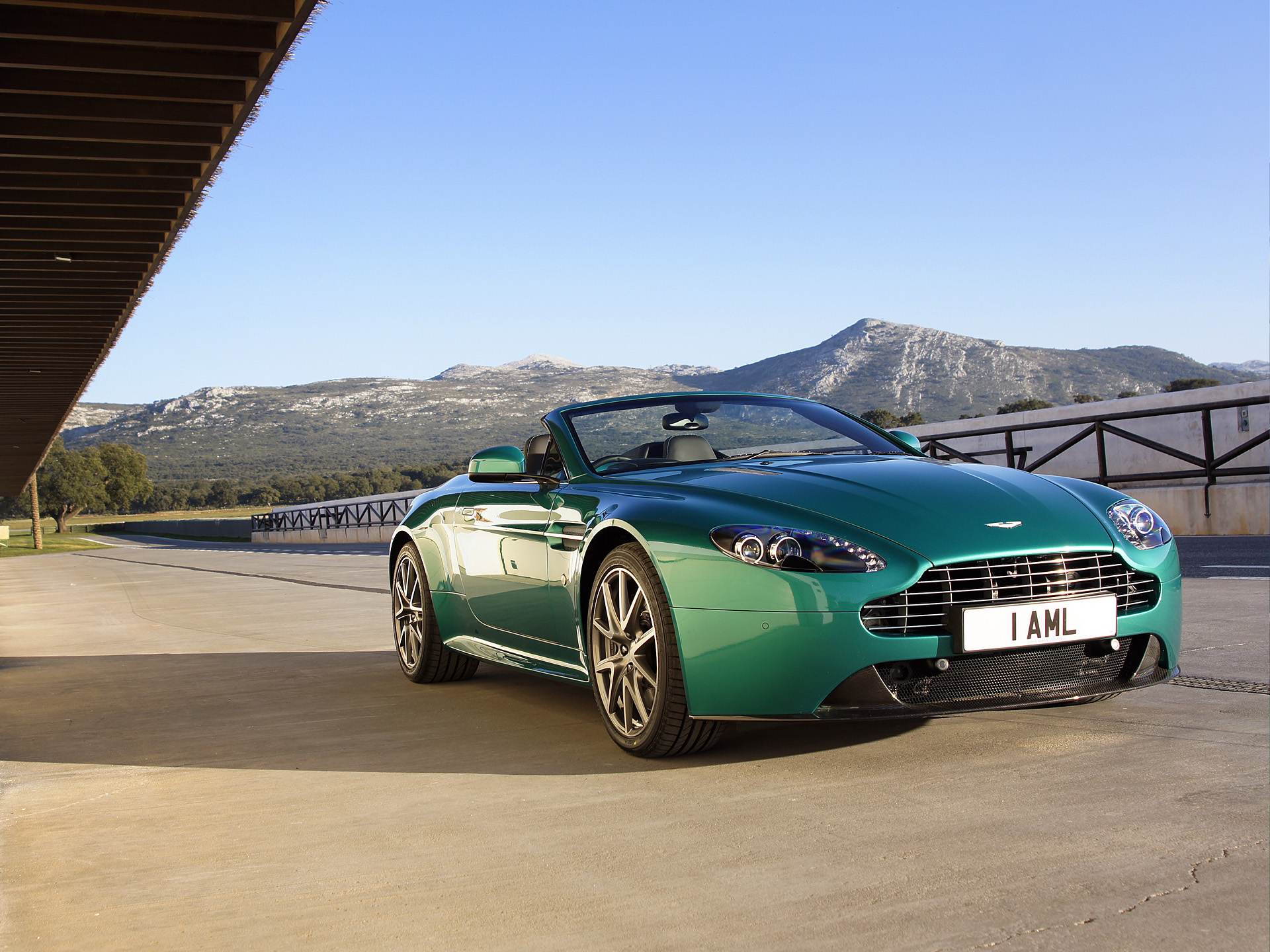 aston martin v8 vantage wallpapers pictures images. Black Bedroom Furniture Sets. Home Design Ideas