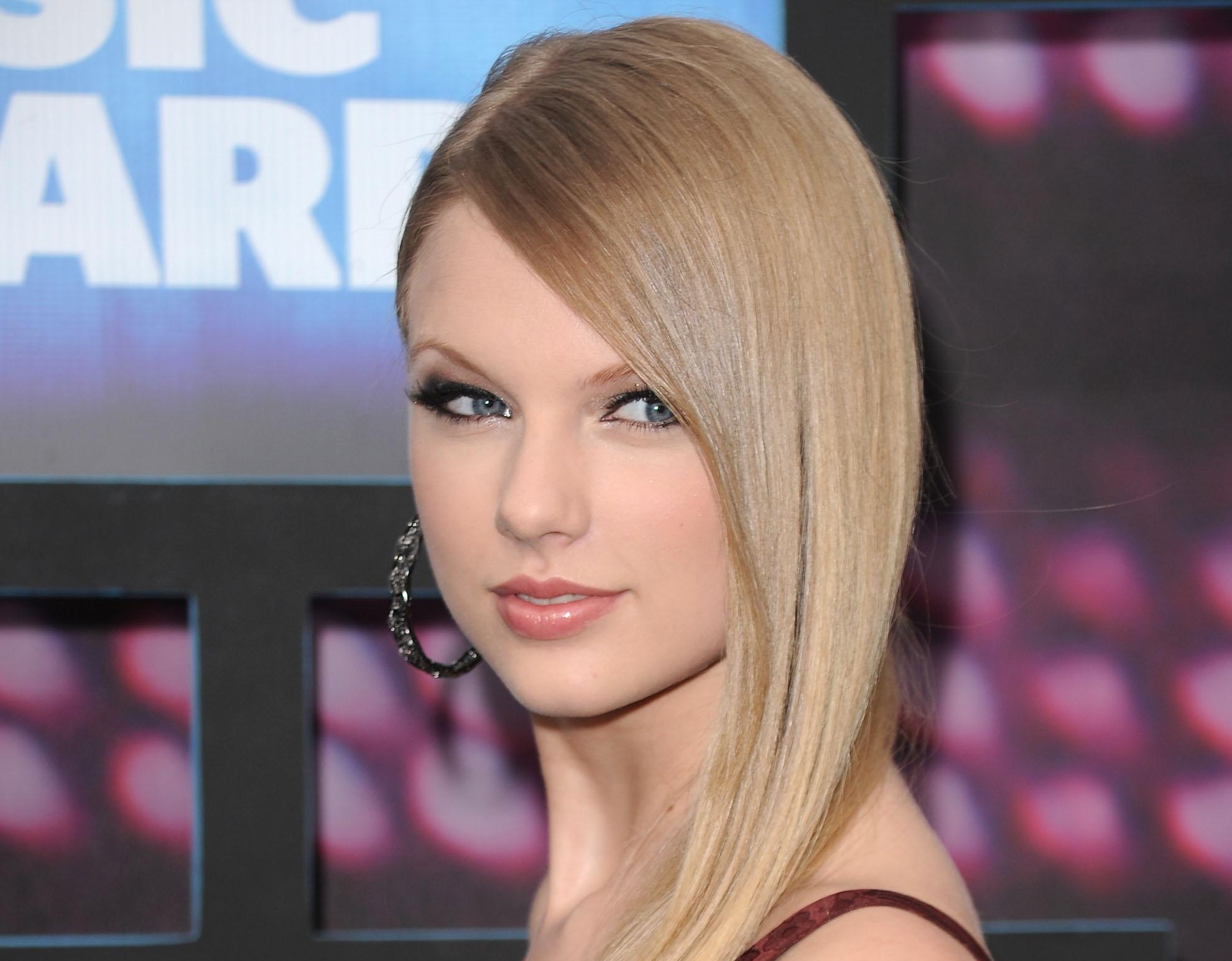 Taylor Swift Backgroun...