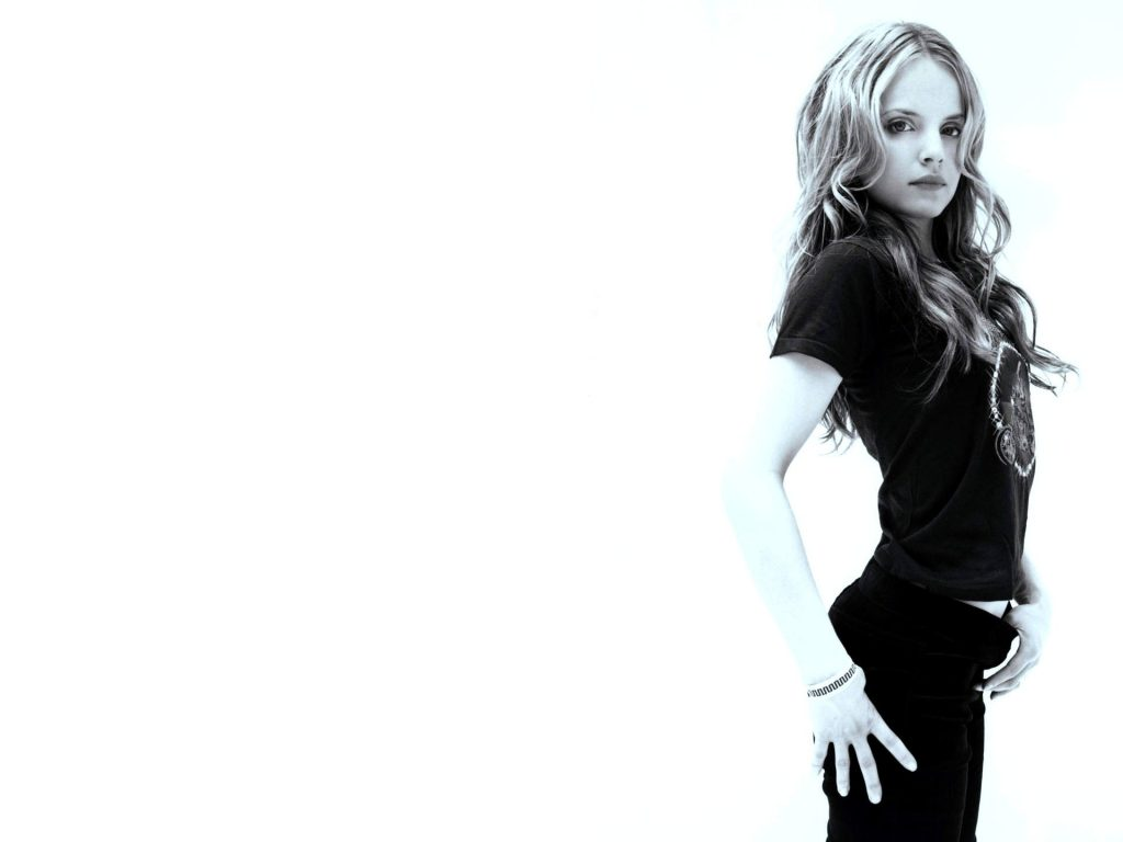 Mena Suvari Wallpaper