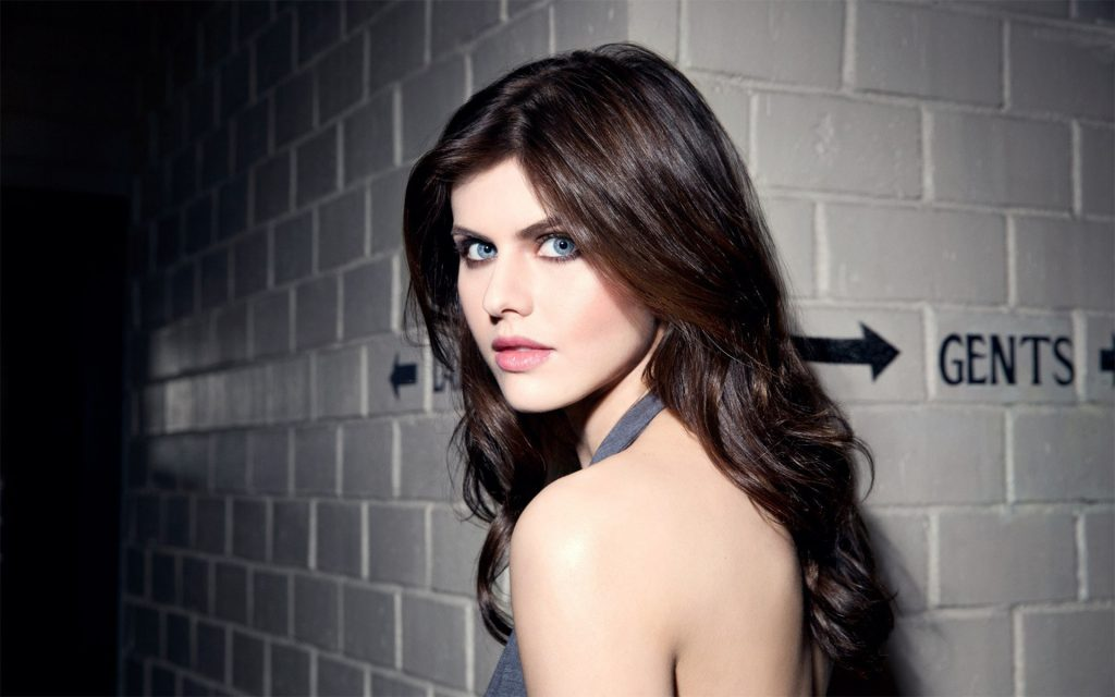 Alexandra Daddario Widescreen Background