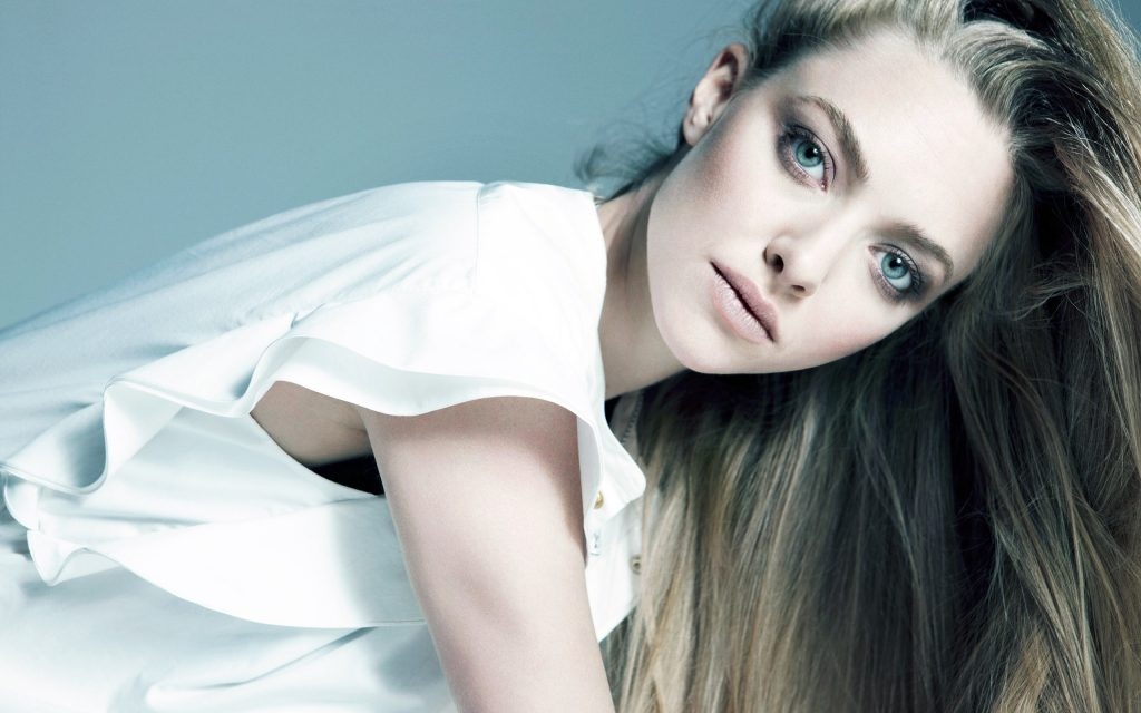 Amanda Seyfried Widescreen Background