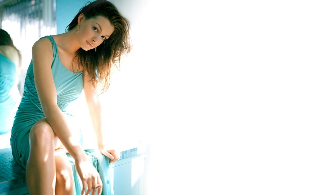 Anne Hathaway Widescreen Background