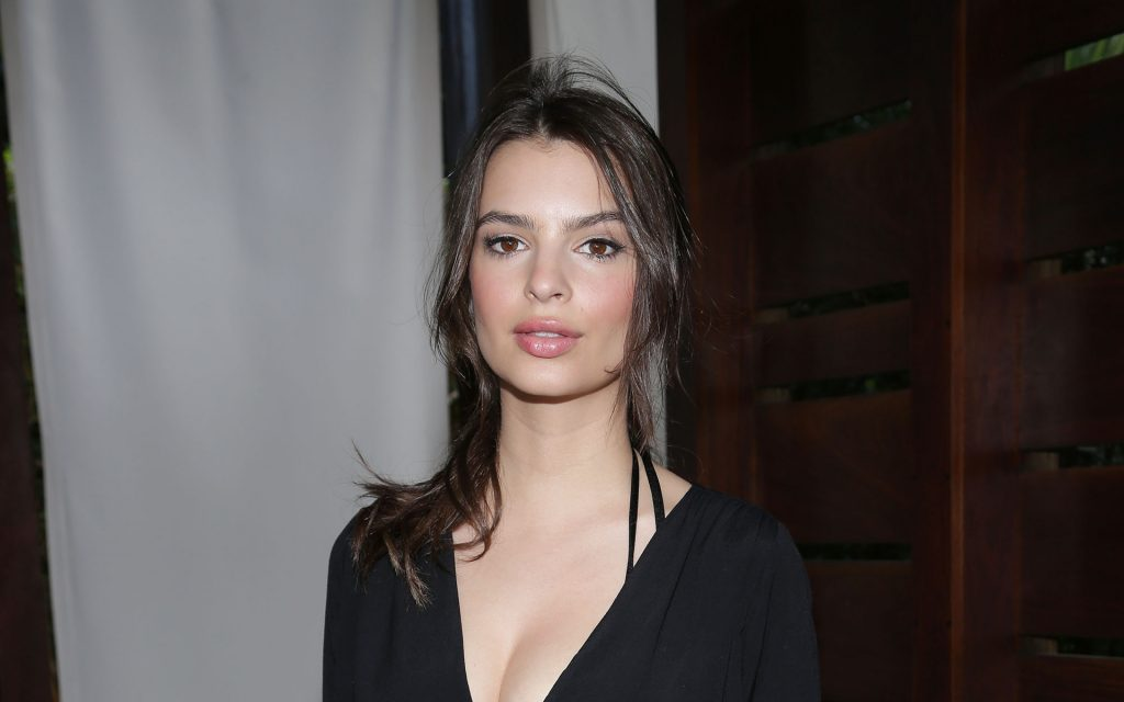 Emily Ratajkowski Widescreen Background