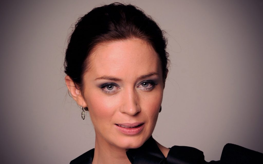 Emily Blunt Widescreen Background